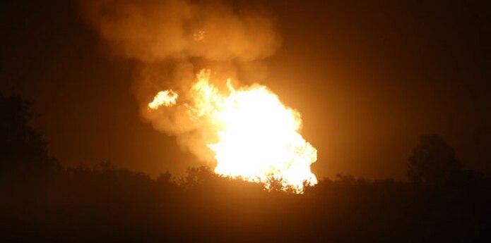 El gas fue redirigido para desviarlo de esa conducción y el fuego estaba en proceso de extinguirse. (Prensa Asociada)