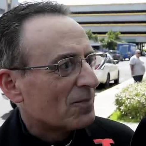 Sacerdote visita a Hernández Colón al Hospital