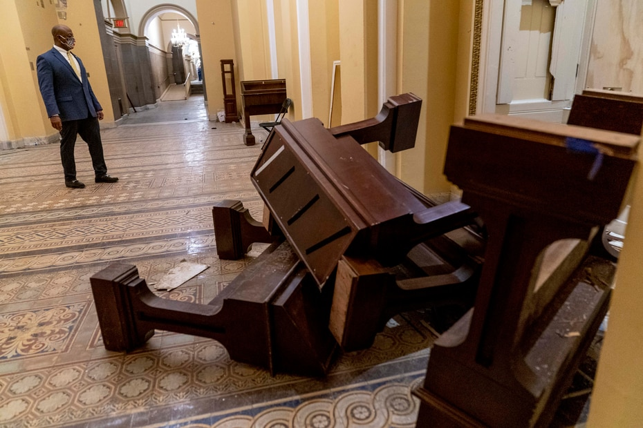 El senador republicano por Carolina del Sur, Tim Scott, observa los daños en el interior del Capitolio federal tras los disturbios de la tarde del miércoles.