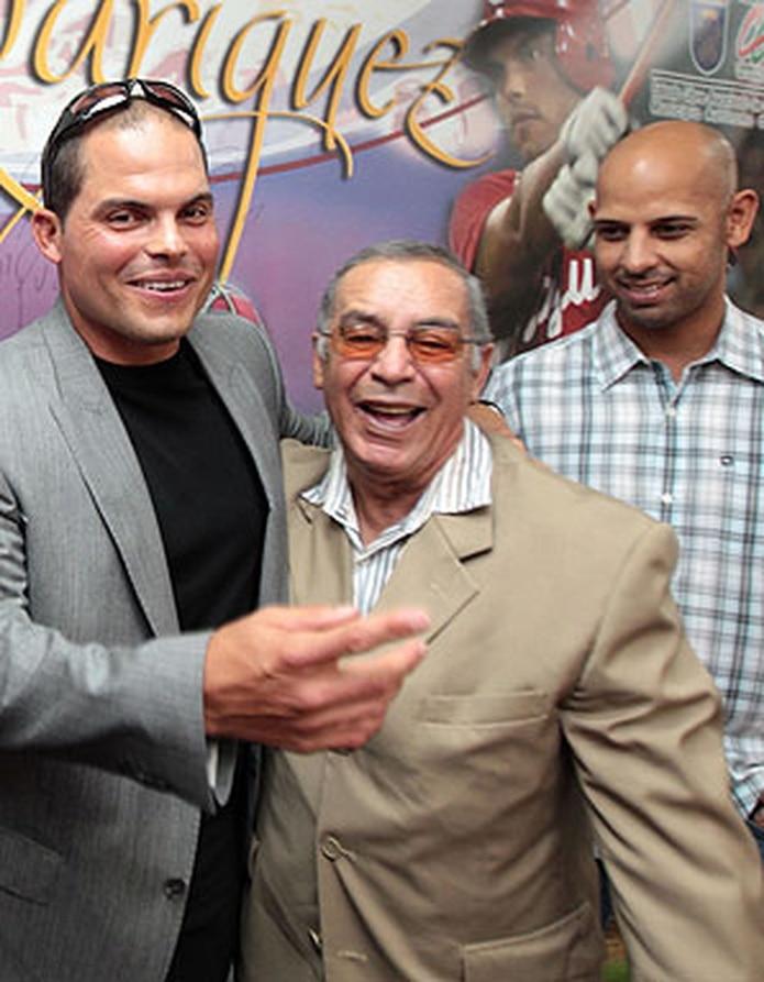 Rosa, al centro, junto a Iván Rodríguez en el 2012 por motivo de su retiro y Alex Cora. (Archivo)