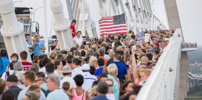 El puente Arthur Ravanel lleva el nombre de un ex legislador y gran defensor de mantener la bandera confederada. (EFE)