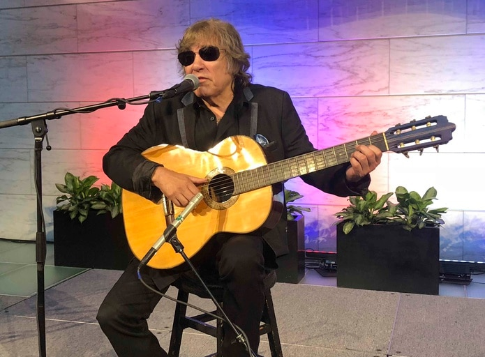 El artista galardonado con el Grammy Jose Feliciano interpreta el himno nacional estadounidense en el Museo Nacional de Historia Estadounidense en Washington. (AP)