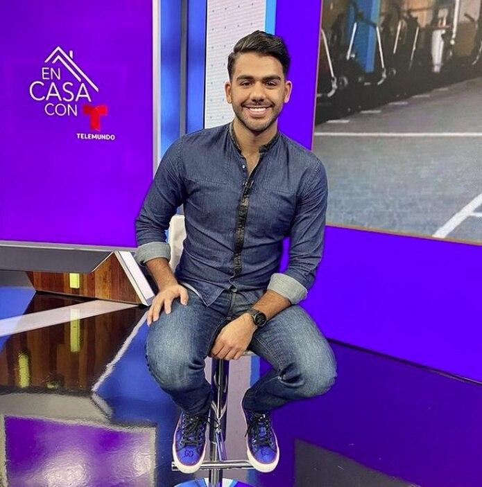 """El joven Carlos Adyan anima el programa """"En casa con Telemundo""""."""