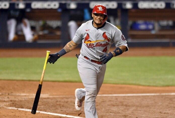 Yadier Molina, de los Cardinals de San Luis, necesita más tiempo para sanar una lesión en un pie.