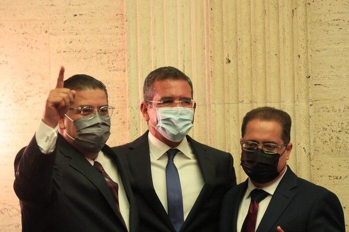 """Los presidentes de la Cámara y Senado, Rafael """"Tatito"""" Hernández (izq.) y José Luis Dalmau (der.), junto al gobernador Pedro Pierluisi (centro)."""