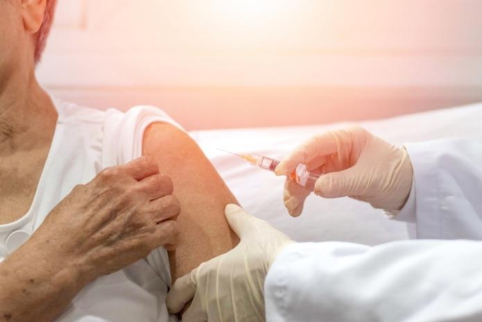La vacuna neumocócica no se usa para tratar la enfermedad, más bien puede evitar su contagio.
