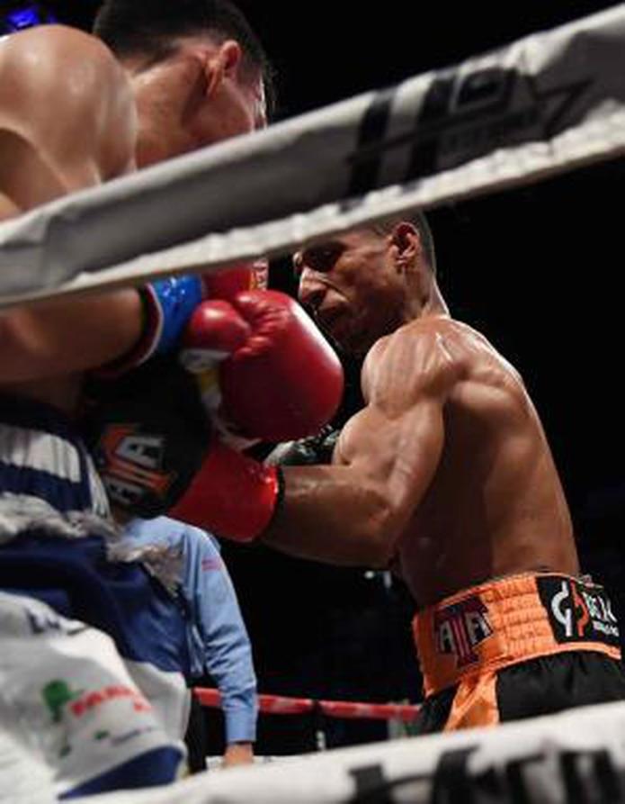 Tito Acosta trabajó el cuerpo de Buitago en la pelea del sábado. Acosta dijo tras el combate que lastimó al rival con esos golpes. (andre.kang@gfrmedia.com)