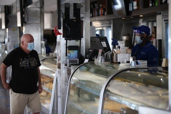 Un hombre acude a una panadería en Ocean Park, San Juan. (alex.figueroa@gfrmedia.com)