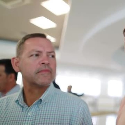 Alcaldes se reúnen con Natalie Jaresko en medio de la crisis