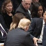 Trump saluda a Obama y no a Hillary Clinton en el funeral de Bush