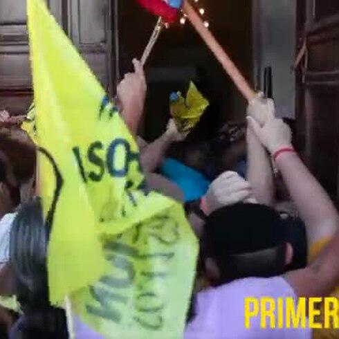 Agresiones de parte y parte entre manifestantes y policías en el Capitolio