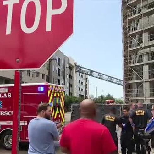 Cae grúa sobre edificio residencial en Dallas