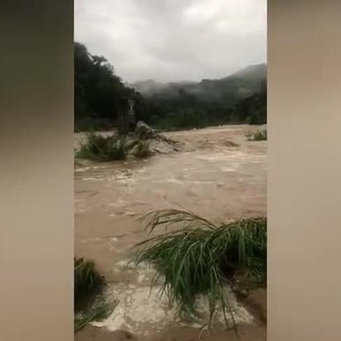 Río se sale de su cauce en Utuado tras lluvias de Karen