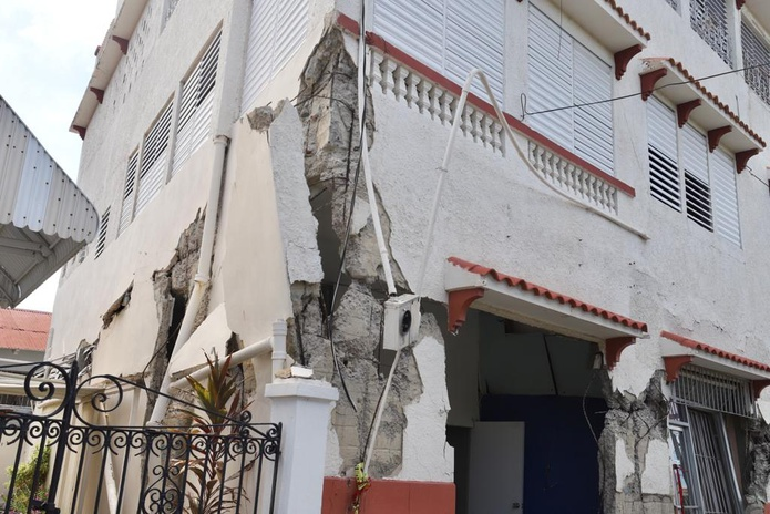 Imagen del edificio Martinó, en Ponce, el cual está a punto de colapsar.