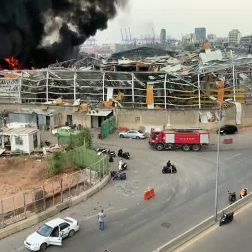 Gigantesco fuego en puerto de Beirut