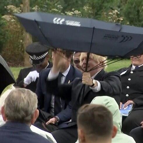 Papelón de Boris Johnson frente al príncipe Charles por una sombrilla