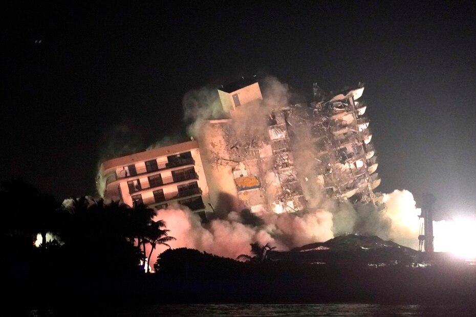 La decisión de demoler el edificio en Surfside se tomó una vez que crecían las preocupaciones de que la estructura dañada estuviera en riesgo de venirse abajo.