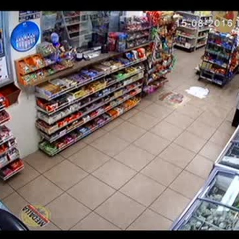Se metió a robar a gasolinera y se llevó dulces