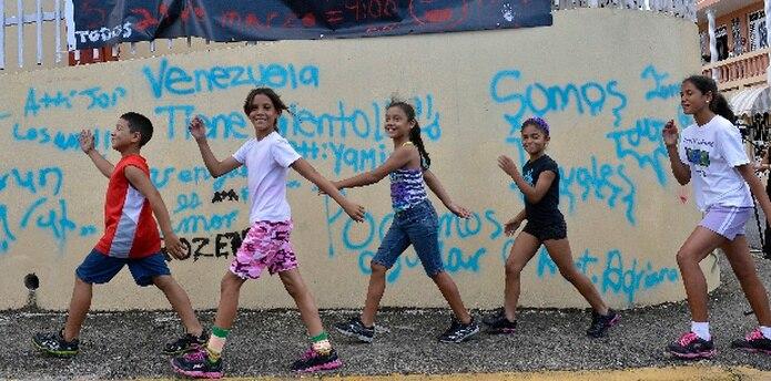 ¡Qué maravilla! Algunos de los niños que participarán en el mural. Ya en las paredes escribieron frases para separar el espacio en el realizarán sus obras. En la foto: Ahiezer Reyes, Fabiola Morales,  Wileshka Reyes, Taisha García y Dara López. (jose.rodriguez1@gfrmedia.com)