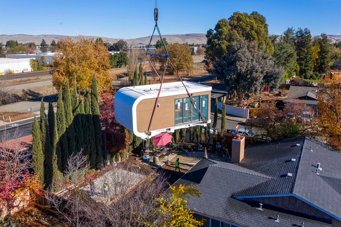 Módulo producido con impresoras 3D en una fábrica, que fue transportado en un camión y está siendo instalado con una grúa en una residencia de Livermore, California.
