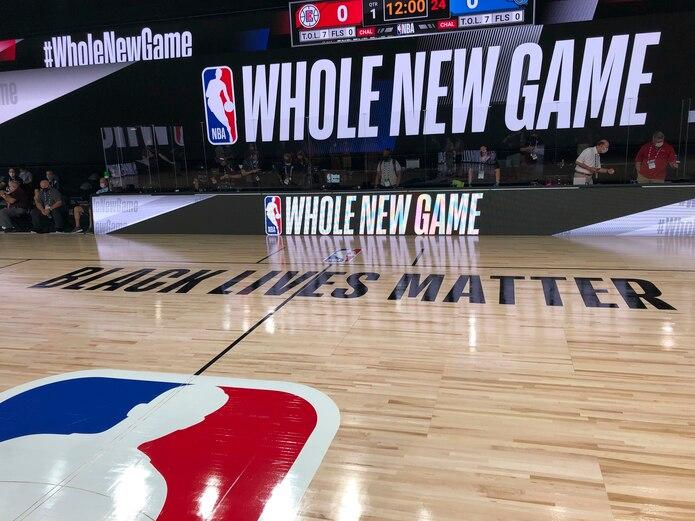 Imagen de una cancha de baloncesto en el complejo de ESPN World Wide Sports en Kissimmee, Florida. El miércoles iniciarán los primeros encuentros de prueba para el reinicio de la temporada de la NBA, es la primera prueba de si funcionarán las medidas de distanciamiento y de seguridad en la burbuja.