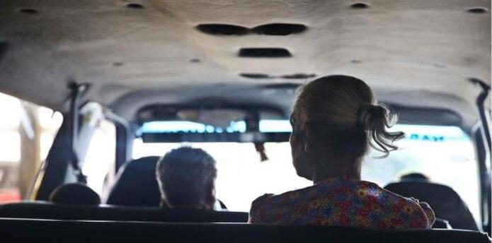 Las tarifas de los carros públicos son un dolor de cabeza y hasta del bolsillo para aquellos que se ven en la necesidad de regresar a Ceiba para tomar la lancha. (Archivo)