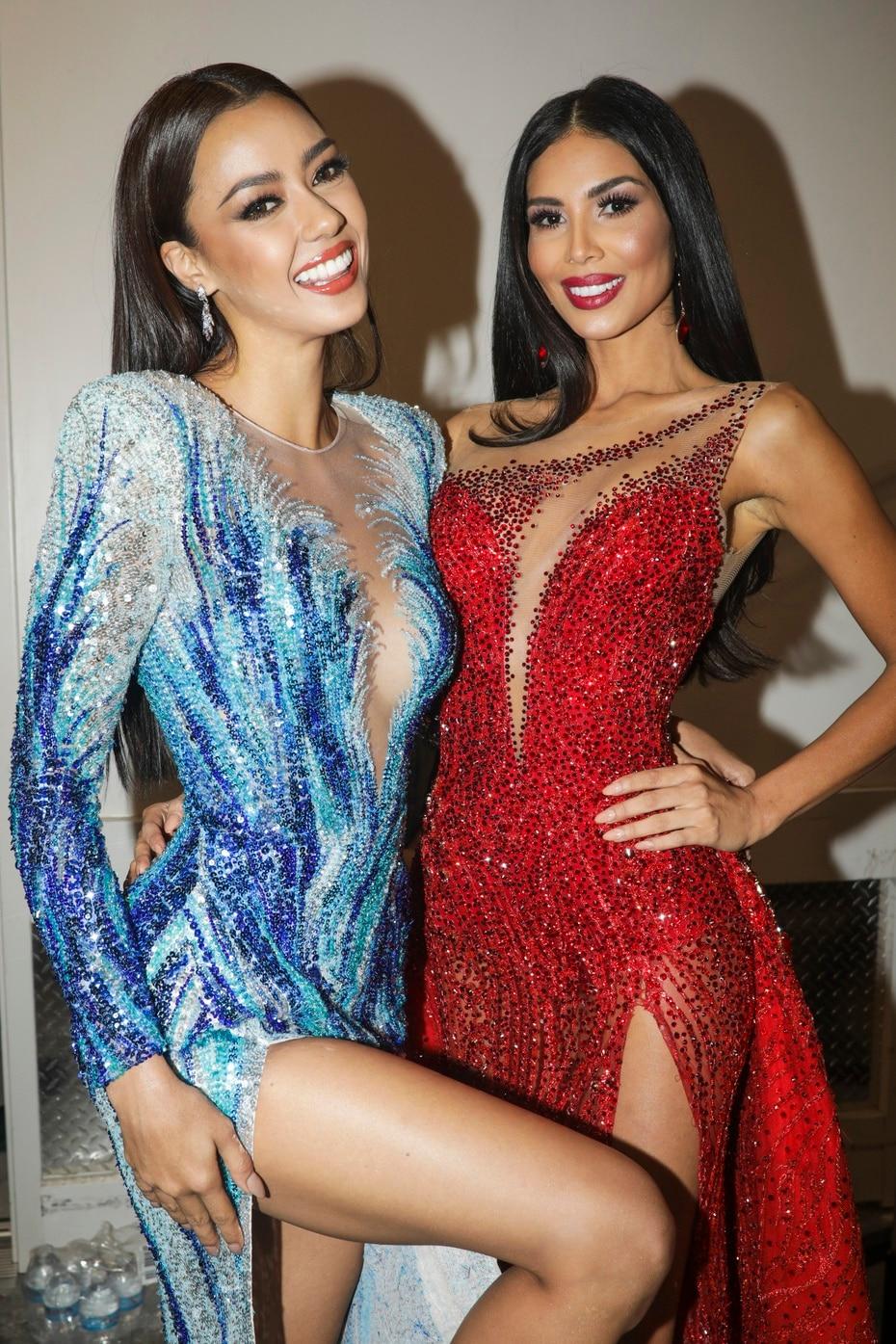 Miss Tailandia y Miss Costa Rica antes de pisar el escenario en traje de gala.
