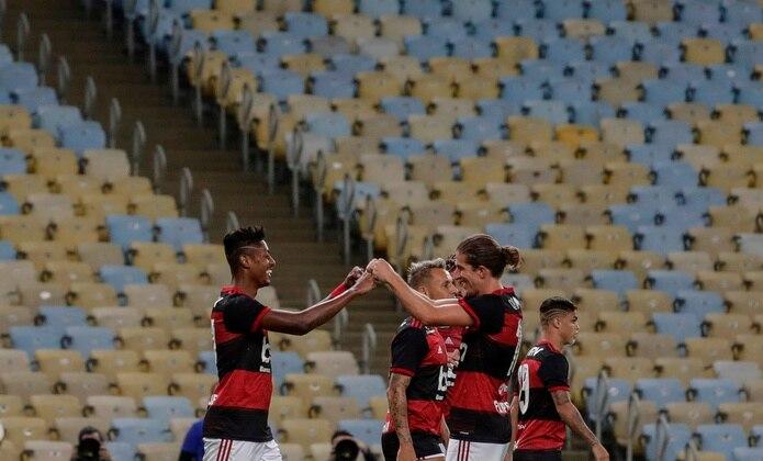 Los jugadores de Flamengo Bruno Henrique (izq) y Filipe Luis (der), celebran el segundo gol de Flamengo el jueves, durante un partido por el campeonato Carioca, en el Estadio Maracaná de Río de Janeiro. EFE/Antonio Lacerda