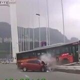 Autobús cae de puente tras pelea entre pasajera y chofer