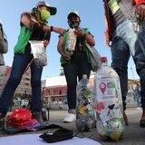 """Jóvenes bolivianos recolectan """"ecoladrillos"""" para hacer casas para perros"""