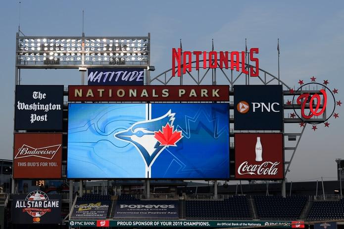 El logo de los Azulejos de Toronto aparece en la pizarra del estadio de los Nacionales de Washington, el miércoles 29 de julio de 2020.
