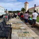 Viequenses llevan bloques a la plaza para que se construya un hospital