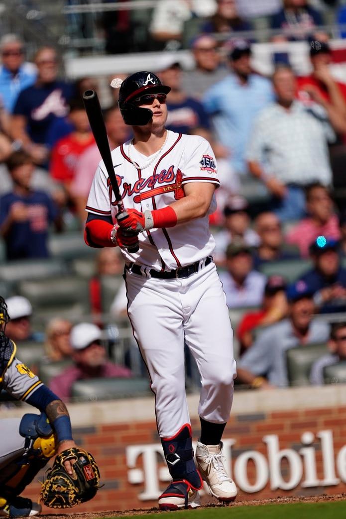 Joc Pederson, de los Braves, conecta un cuadrangular de tres carreras en la quinta entrada del partido del lunes ante los Brewers de Milwaukee.