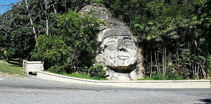 Escultura en honor al indio Mabodamaca, punto de referencia para ubicar una de las leyendas más notorias de Isabela con relación al fantasma de una mujer que aparece en las noches. (rosa.escribano@gfrmedia.com)