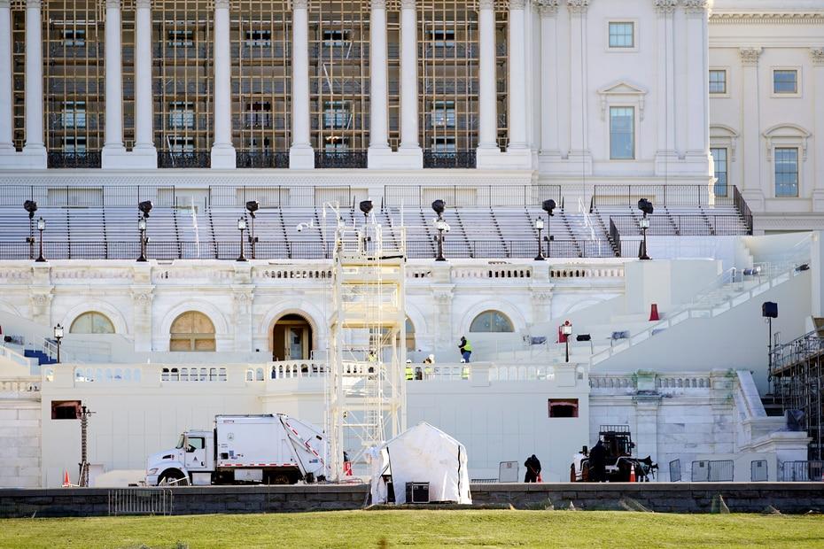 Empleados de mantenimiento limpiaban el exterior del Capitolio, que la mañana siguiente a la violenta revuelta del miércoles lucía apacible.