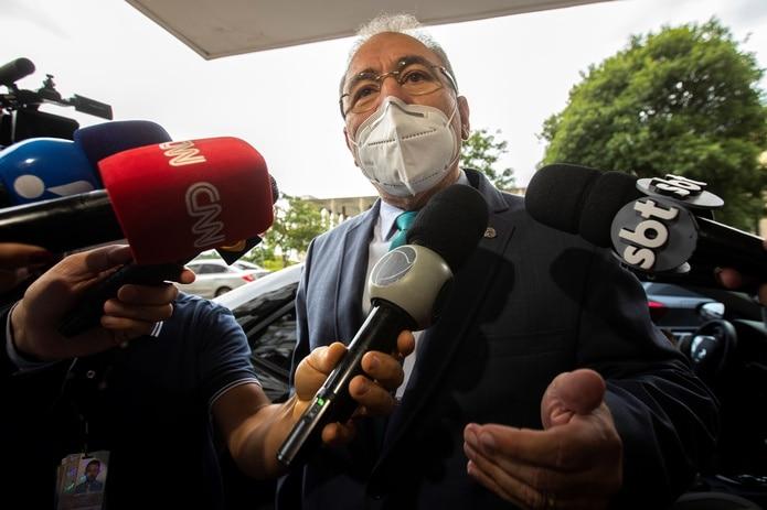 El médico cardiólogo Marcelo Queiroga habla con la prensa a su llegada a la sede del Ministerio de Salud para reunirse con el saliente ministro de salud Eduardo Pazuello hoy, en Brasilia (Brasil).