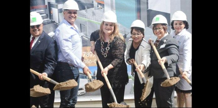 En la foto (al centro), la comisionada residente, Jenniffer González, junto a directivos del centro de salud durante la colocación de la primera piedra. (Suministrada)