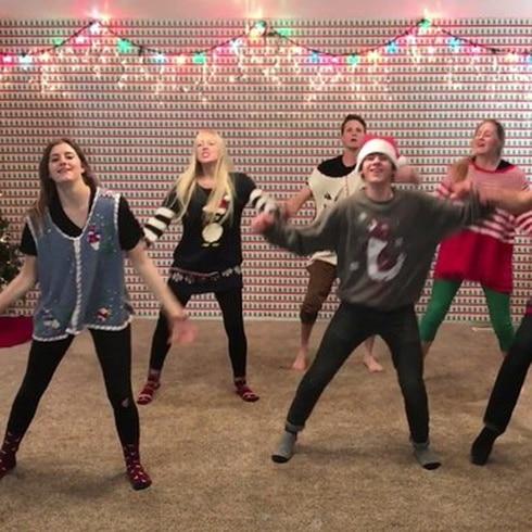 Simpático baile navideño de una familia de 8 hermanos