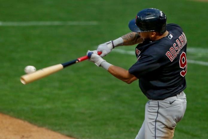 Eddie Rosario, de los Indians de Cleveland, sacude su cuadrangular solitario del viernes ante su antiguo equipo, los Twins de Minnesota.