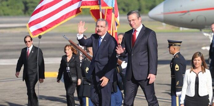 Danilo Medina viajó desde la base aérea de San Isidro hasta la base aérea Muñiz en Carolina donde fue recibido por el gobernador Alejandro García Padilla. (juan.martinez@gfrmedia.com)