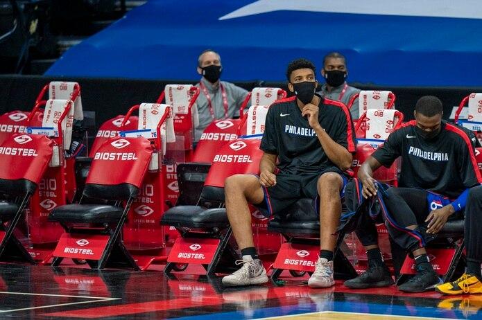Tony Bradley y Paul Reed eran los únicos jugadores disponibles en el banco de los Sixers en el partido contra los Nuggets de Denver.