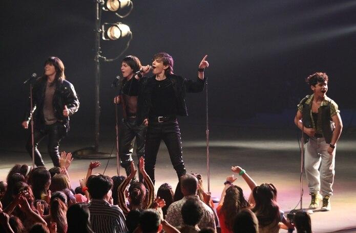 El actor Felipe Albors, en el centro, caracteriza a Ricky Martin en su última etapa con la agrupación Menudo.