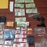 Bajo arresto sujeto que tenía $4,078 en efectivo