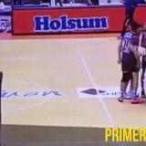 Árbitro de voleibol pasa tremendo susto en cancha