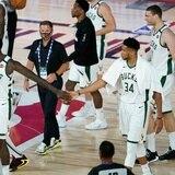 Despierta Middleton y los Bucks colocan en aprietos al Magic