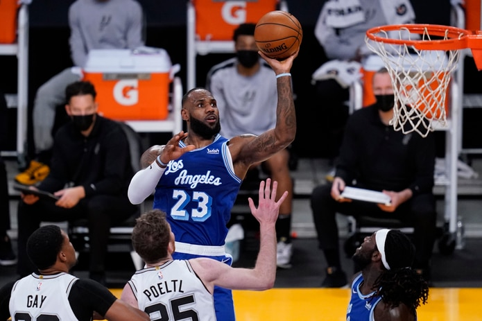 LeBron James, de los Lakers, realiza un tiro durante el encuentro del jueves frente a los Spurs de San Antonio.