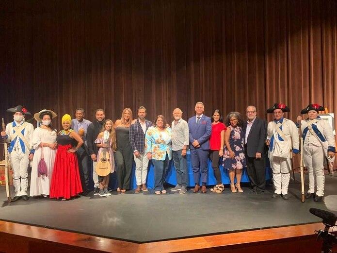 """Parte del grupo de artistas y gestores culturales que forman el proyecto """"Alegría Puerto Rico""""."""
