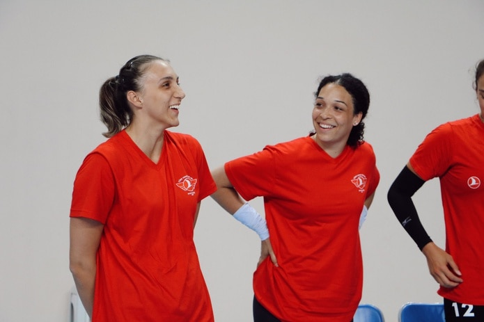 Daly Santana, al centro, sonríe durante una reunión del club Thy de Turquía en la primera práctica del equipo realizada el lunes.