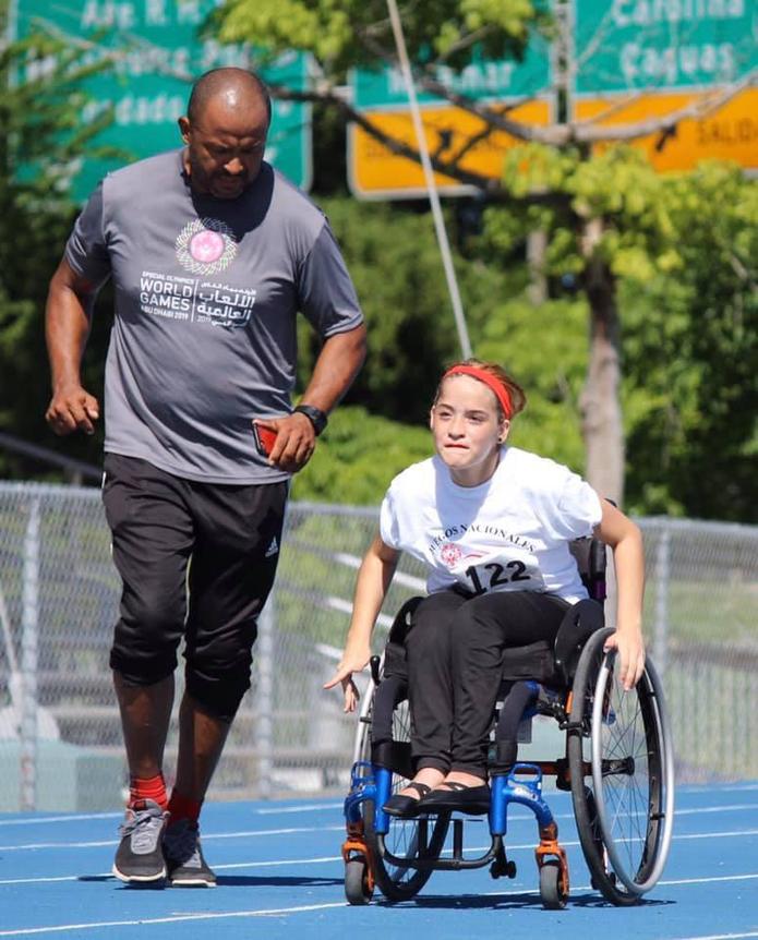 En la foto, Bonilla asiste a una de sus estudiantes de atletismo.