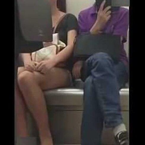 Él manoseó y ella, le entró a carterazos